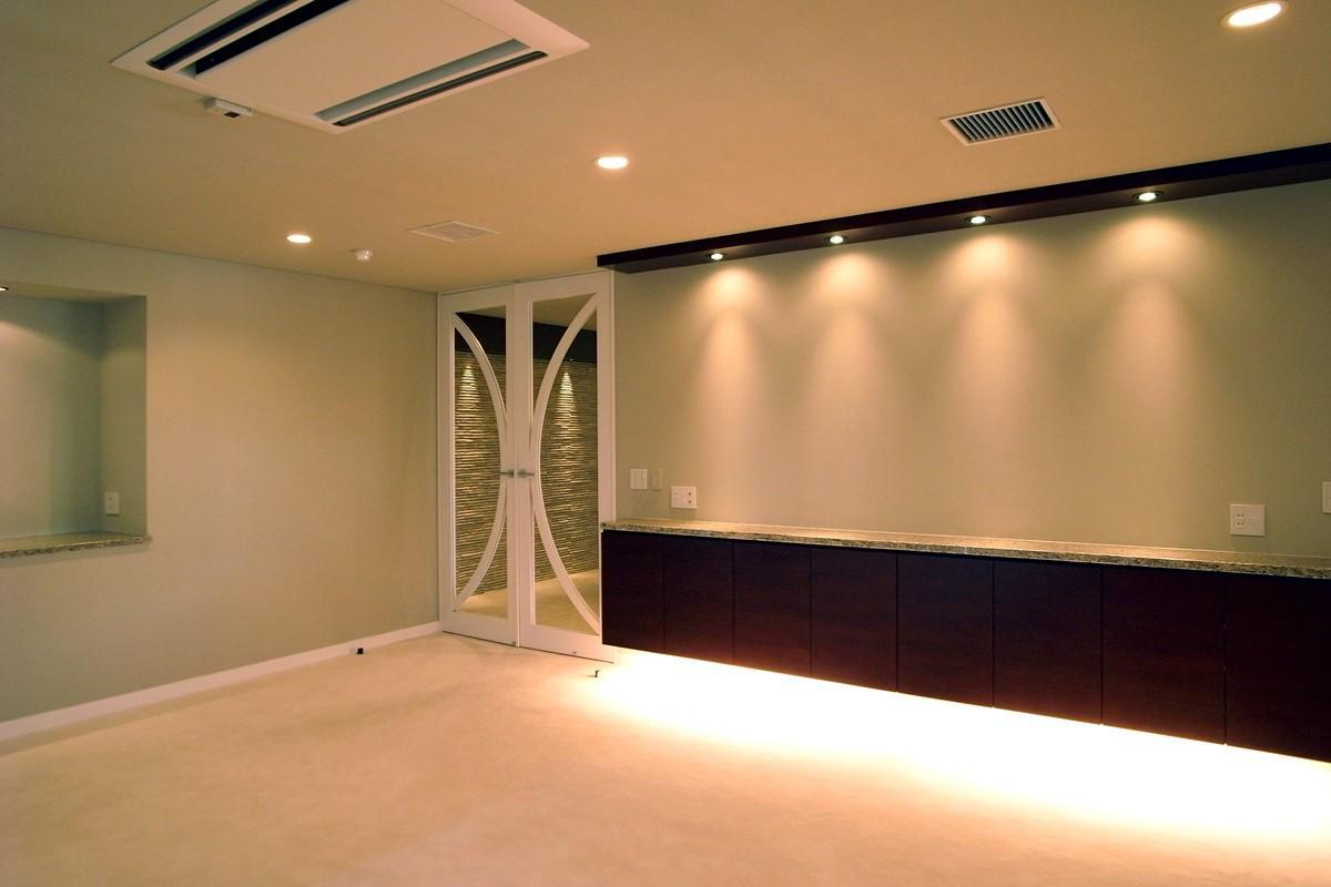 オ-プンキッチンで広々との部屋 扉が印象的なリビング