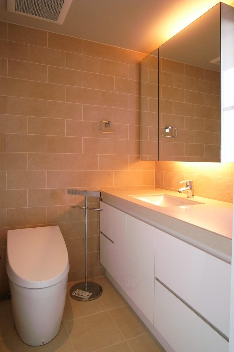 オ-プンキッチンで広々との部屋 トイレもおしゃれな空間に