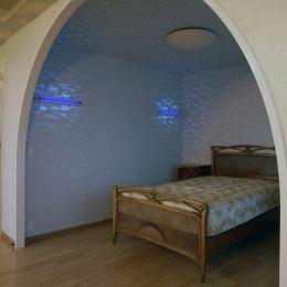 リビングを広く-アーチ型の寝室