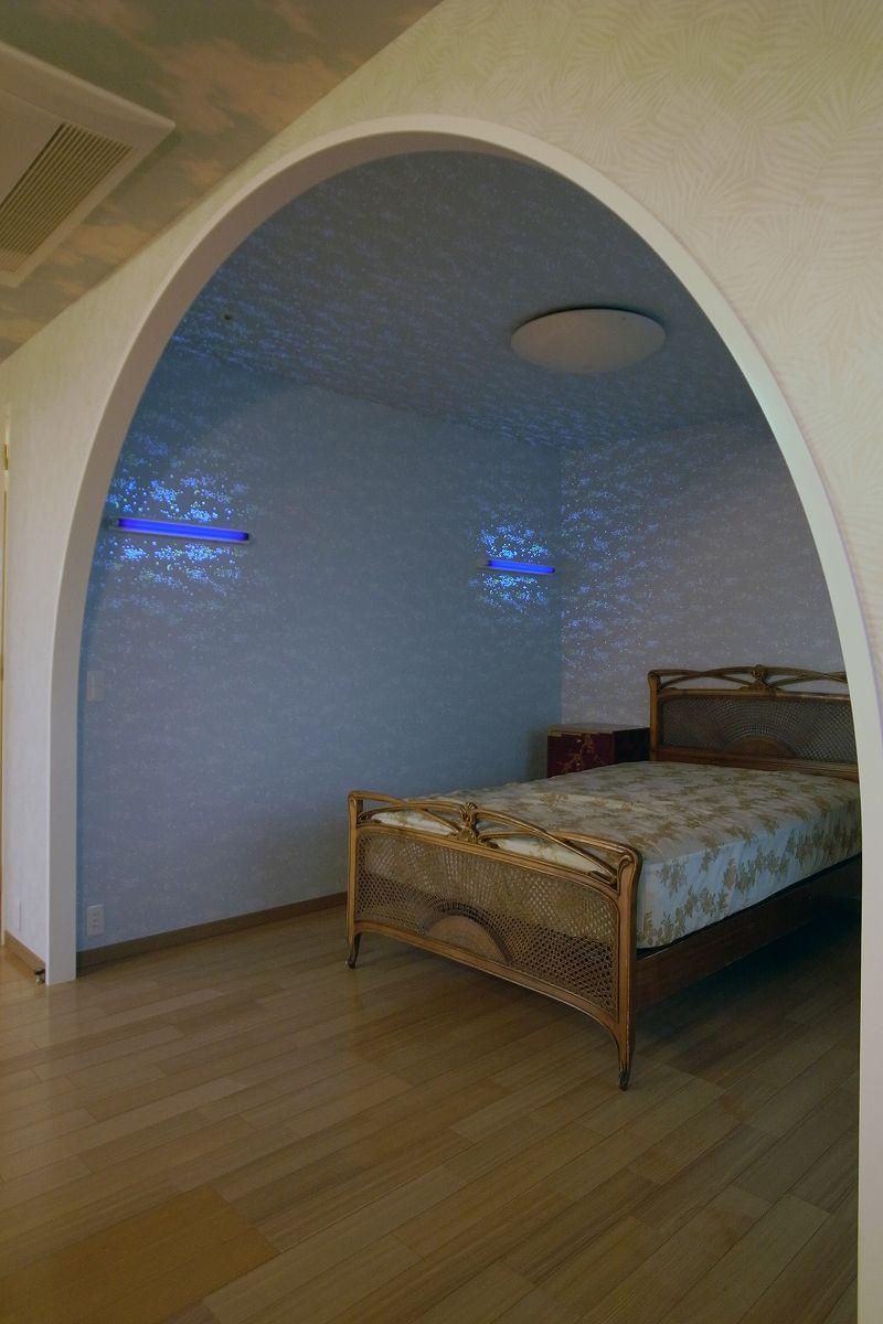 リビングを広くの写真 アーチ型の寝室
