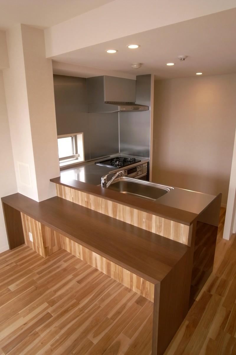 天然木をふんだんに使っての写真 テーブルカウンター付きのキッチン