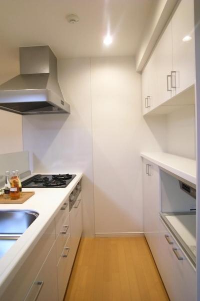 スッキリとした白いキッチン (水まわりを大胆に変更して)