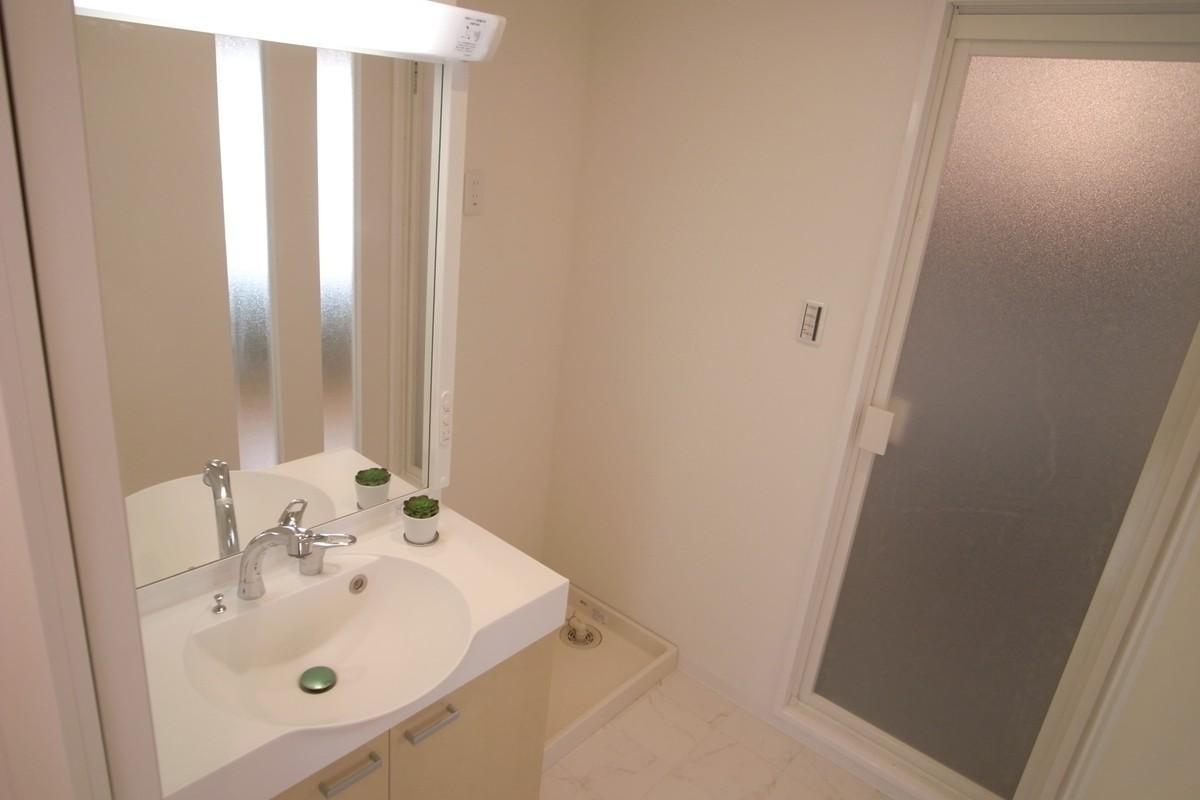 水まわりを大胆に変更しての写真 白い洗面所