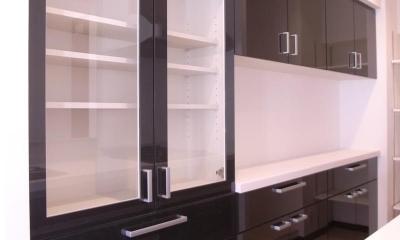 スタイリッシュな雰囲気に (キッチン後ろにある食器棚)