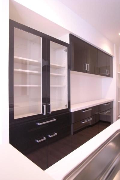 キッチン後ろにある食器棚 (スタイリッシュな雰囲気に)