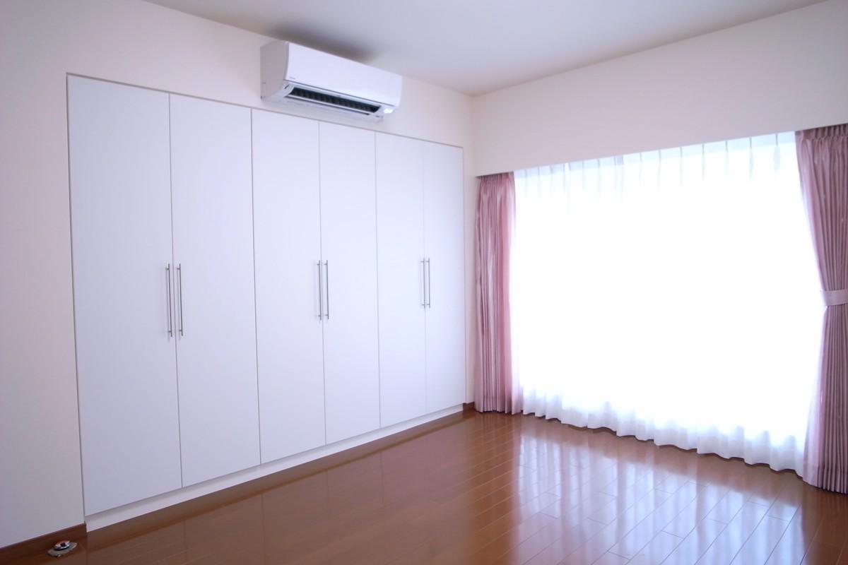収納も手入れもしやすくの写真 寝室の収納