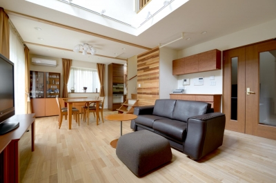 回り階段とセミクローズキッチンで柔らかな家に (リビングダイニング)