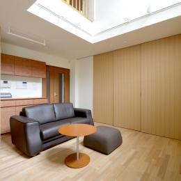 回り階段とセミクローズキッチンで柔らかな家に (リビング)