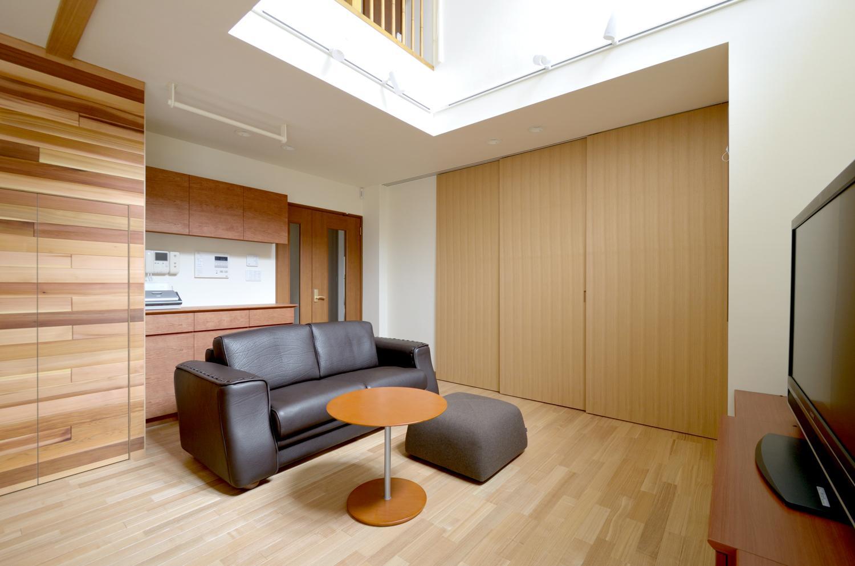 回り階段とセミクローズキッチンで柔らかな家にの部屋 リビング