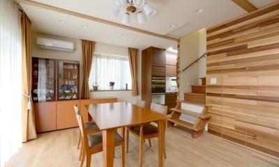 回り階段とセミクローズキッチンで柔らかな家に (ダイニング)