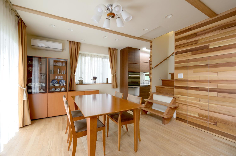 回り階段とセミクローズキッチンで柔らかな家にの写真 ダイニング