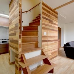回り階段とセミクローズキッチンで柔らかな家に (回り階段)