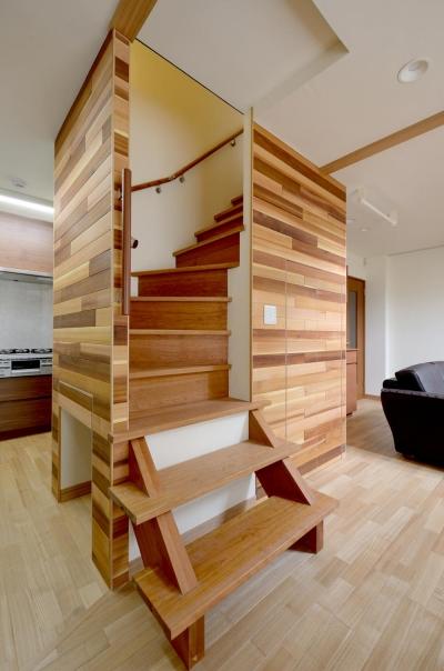 回り階段 (回り階段とセミクローズキッチンで柔らかな家に)