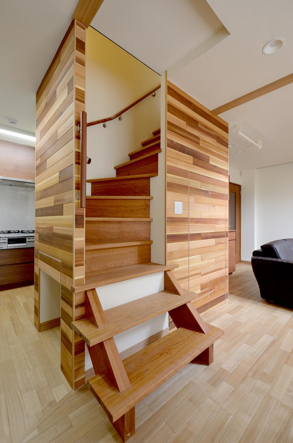 回り階段とセミクローズキッチンで柔らかな家にの写真 回り階段
