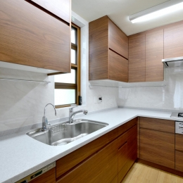 回り階段とセミクローズキッチンで柔らかな家に (キッチン)