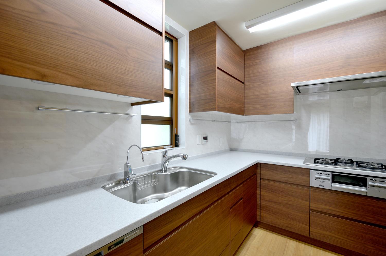 回り階段とセミクローズキッチンで柔らかな家にの写真 キッチン