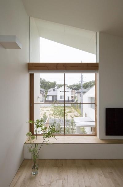 長湫の家/アイランドキッチンとアトリエのある家 (居間)