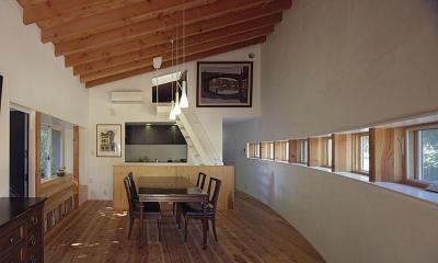 ロフトへ上がる小さな階段のある部屋|『岳見の家』~雑木林につつまれた住まい~