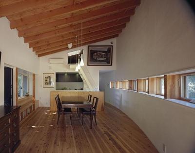 『岳見の家』~雑木林につつまれた住まい~ (ロフトへ上がる小さな階段のある部屋)