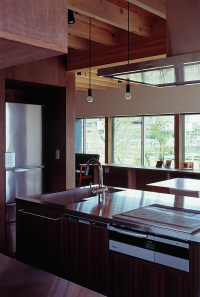『蒲郡の家』~土間のダイニングキッチンのある家~ (キッチンからの連窓の向こうには雑木林)