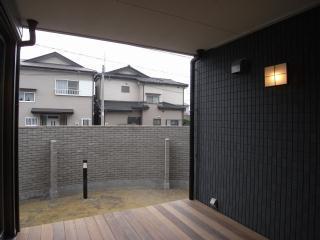 harutaF邸の写真 天井があり半室内として利用できるテラス