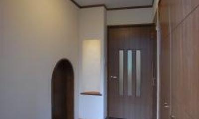 Tut邸 (和室に繋がるアーチ型のドアがある玄関)