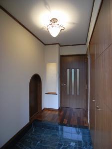 Tut邸の部屋 和室に繋がるアーチ型のドアがある玄関
