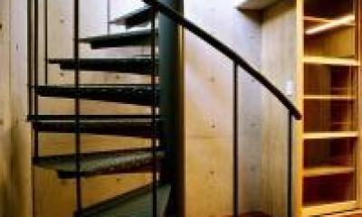 地階室にある螺旋階段|O2邸