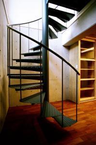 O2邸の部屋 地階室にある螺旋階段