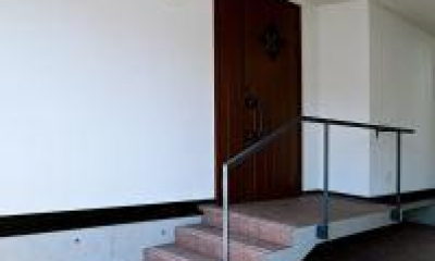 O2邸 (アプローチ階段のある玄関)