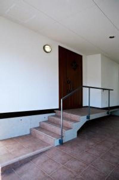 アプローチ階段のある玄関 (O2邸)