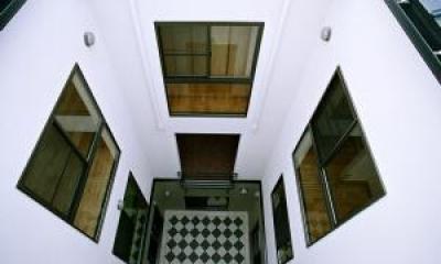 O2邸 (建物中央部にある3層の吹き抜け)