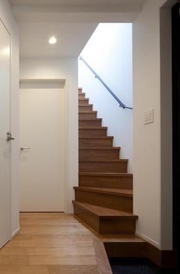 黒皮のソファが似合う家:杉並区K様邸 (玄関)