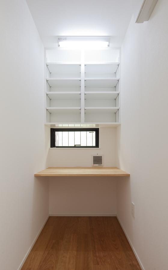 黒皮のソファが似合う家:杉並区K様邸の部屋 デスク