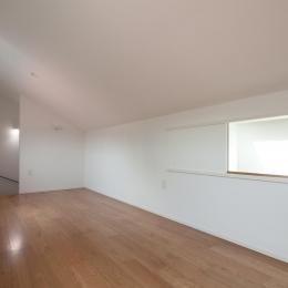 黒皮のソファが似合う家:杉並区K様邸 (片流れ屋根の洋室)