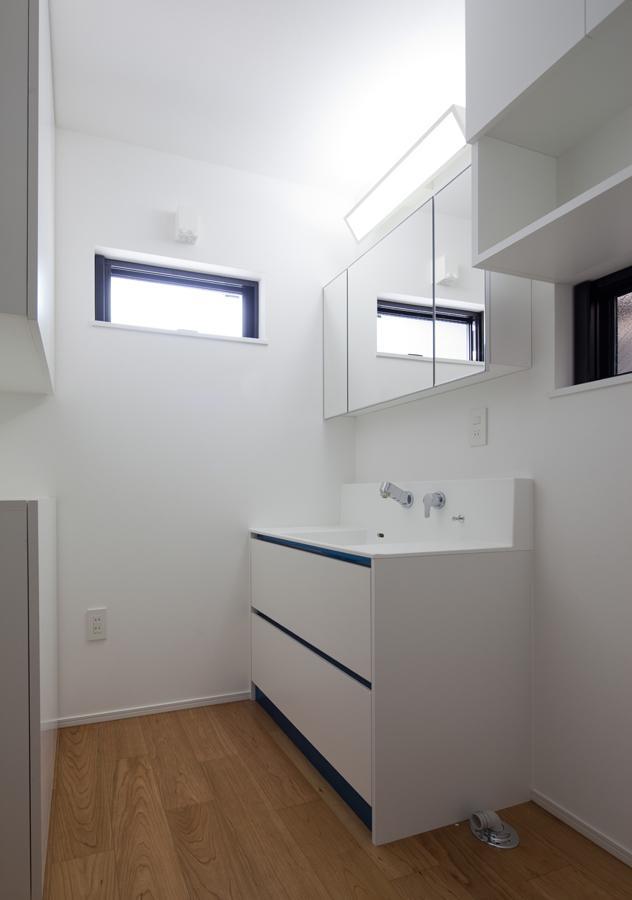 黒皮のソファが似合う家:杉並区K様邸の部屋 洗面