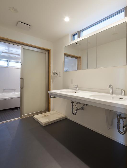 フォルムがユニークでコケティッシュなデザインハウス:杉並区M様邸の写真 洗面