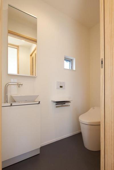 トイレ (フォルムがユニークでコケティッシュなデザインハウス:杉並区M様邸)
