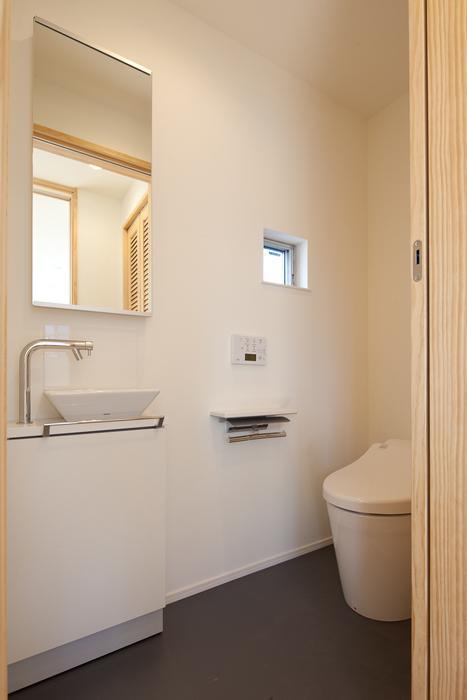 フォルムがユニークでコケティッシュなデザインハウス:杉並区M様邸の写真 トイレ