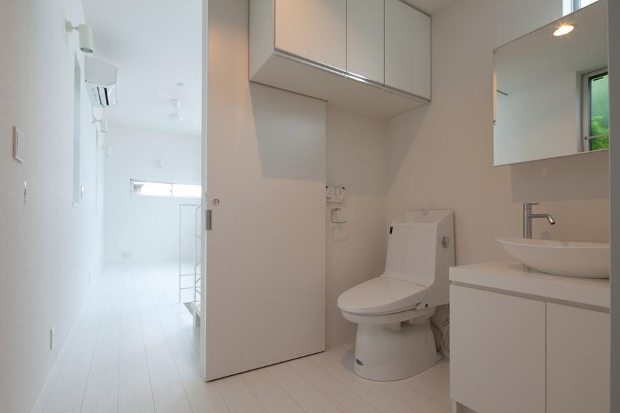 フィルムの美しい階段のある注文住宅:杉並区T様邸 (トイレ)