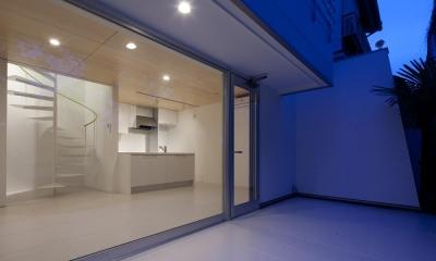 スタイリッシュなデザイン住宅・光の満ちる贅沢空間:杉並区K様邸 (大きな窓から見るLDK)
