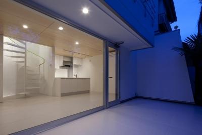 大きな窓から見るLDK (スタイリッシュなデザイン住宅・光の満ちる贅沢空間:杉並区K様邸)