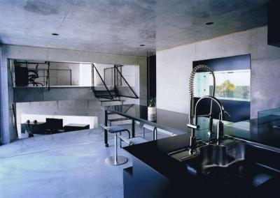 モダンなダイニングキッチン (三角敷地の家)