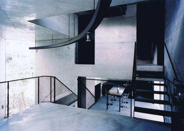 三角敷地の家 (開放的なスキップフロア空間)