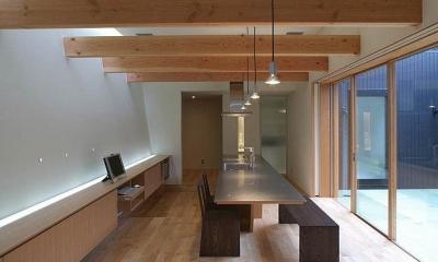 勾配天井のダイニング|ロッククライマーの家