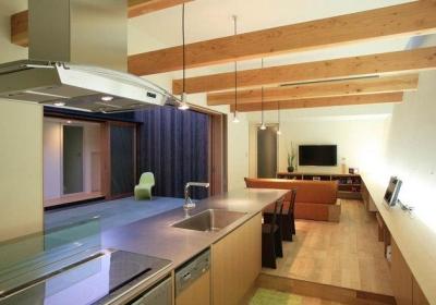 ロッククライマーの家 (ダイニングテーブル付きのキッチン)