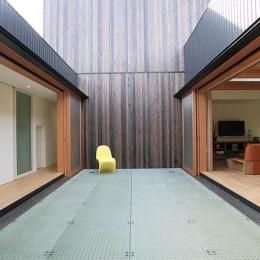 ロッククライマーの家 (部屋と部屋を繋ぐブリッジ廊下)