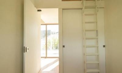 眺めのいい窓 (ロフトのある寝室)