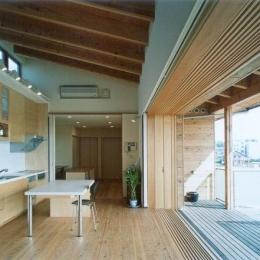 街中のガーデンハウス (二階の開放的なダイニングキッチン)