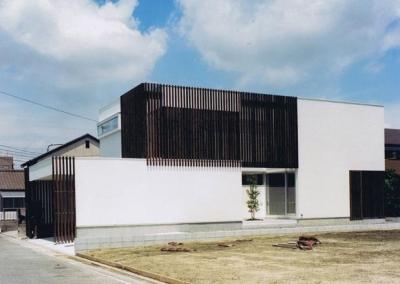 縦格子の家 (縦格子が目を引く外観)
